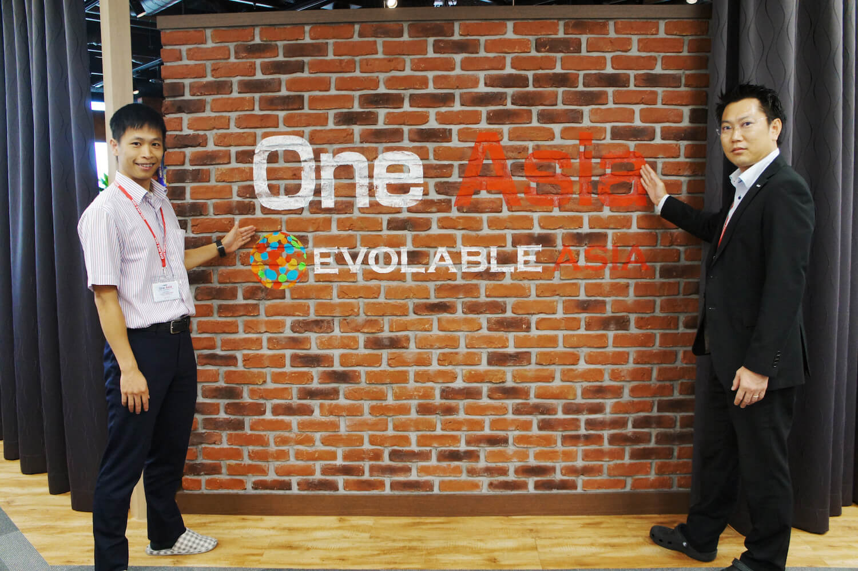左から:株式会社エボラブルアジア ソリューションズ執行役員兼システム開発事業本部 本部長 グエン・ダオ・ヴィエトさん、株式会社エボラブルアジア ITオフショア開発事業部 部長 矢野光児(やのこうじ)さん