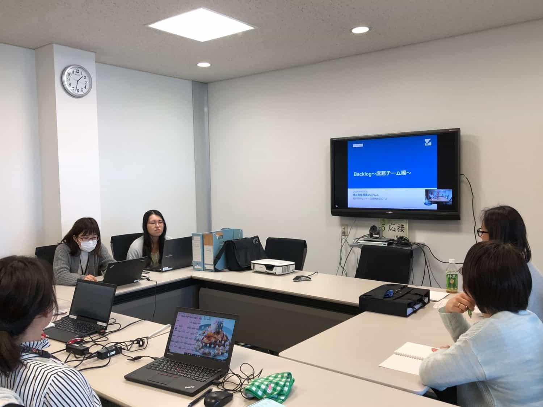 庶務チームの会議風景。Backlogの導入も現場発信で進められた